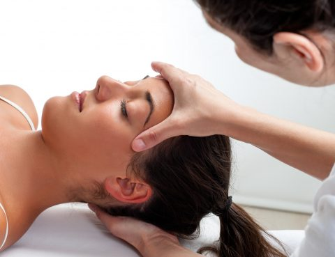 Kieferfehlstellung als Ursache für Migräne - Frau wird Therapier