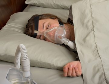Schlafapnoe - Frau mit CPAP Fullface Maske