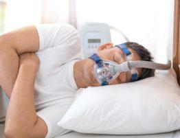 Mann Schläft mit CPAP Maske, nicht geheilt