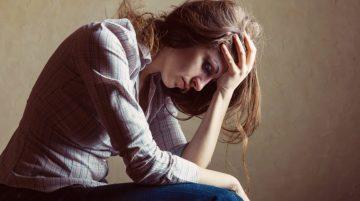 Frau mit depressionen, hält sich den Kopf
