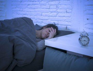 Frau ist frustriert und kann nicht einschlafen