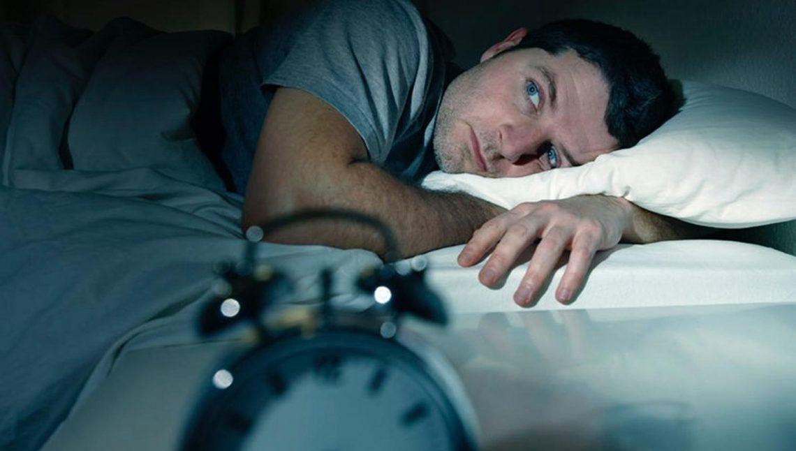 Mann kann nicht schlafen, hat Schlafstörungen