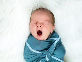 Baby gähnt - Schlafprobleme