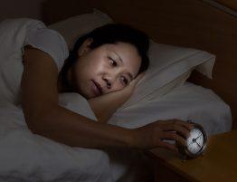 Frau Kann nicht schlafen - Schaut auf Wecker