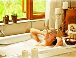 Tipps gegen Schlaflosigkeit - Frau in der Badewanne