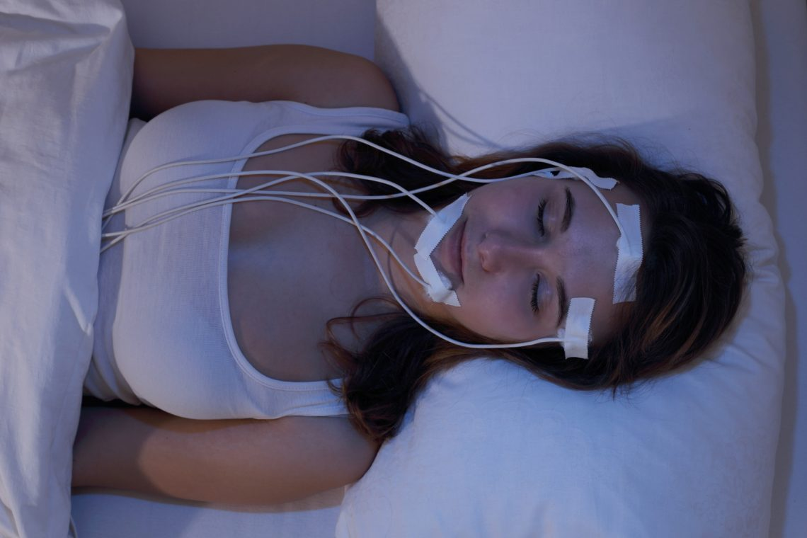 Frau im Schlaflabor - Messung der Hirnströme