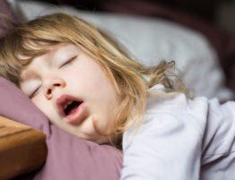 kind-schlafapnoe-anzeichen