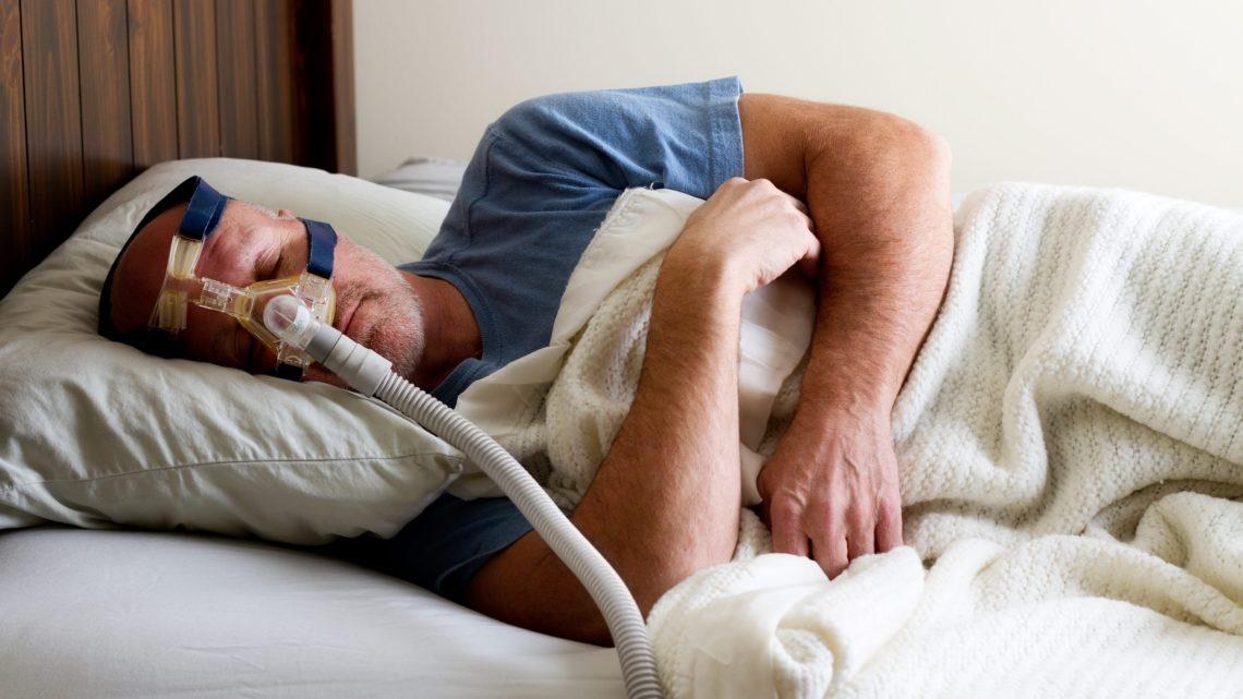 Mann mit CPAP Maske