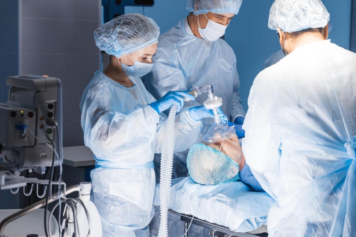 Chirurgen bei der Schlafapnoe Operation